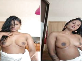 Today Exclusive- Sexy Desi Girl Showing Her B...